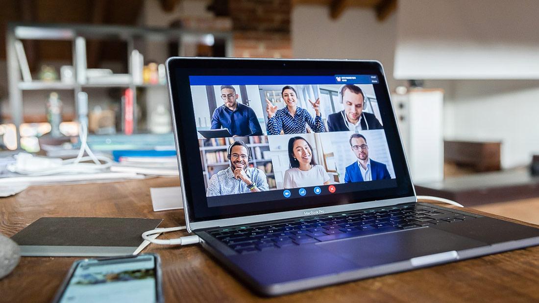 Webinar e riunioni online: consigli e stile davanti alla webcam (anche da casa)